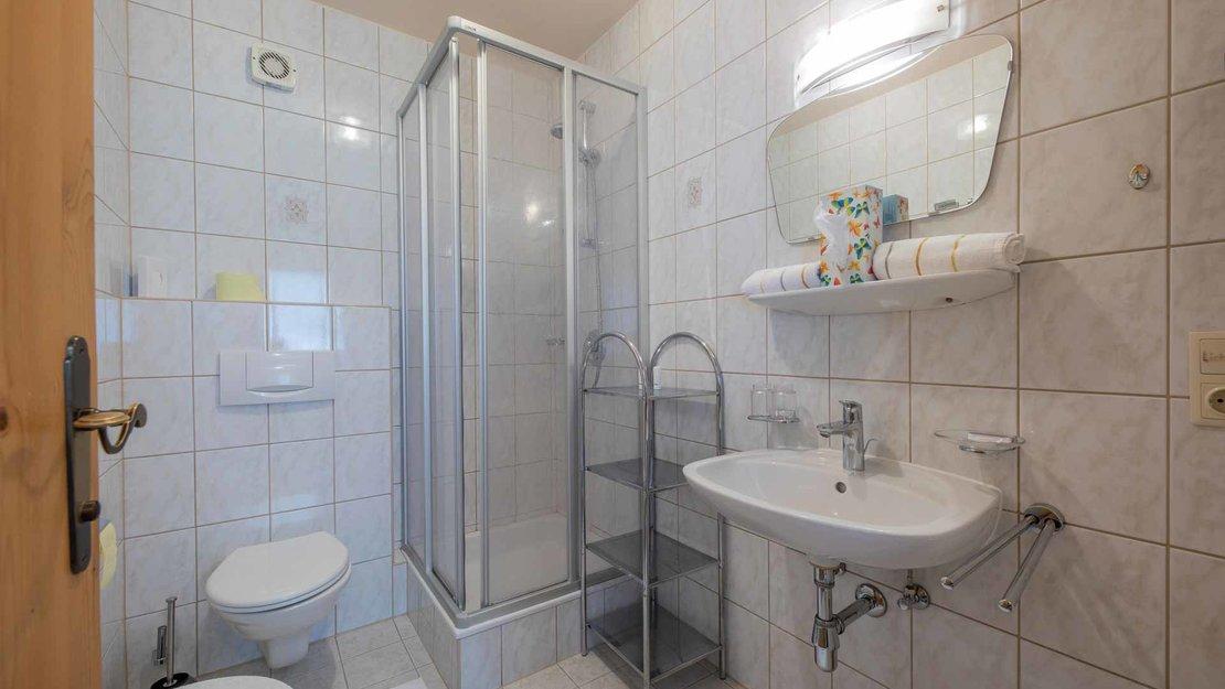 Eines der Badezimmer in einem Niggnhof Appartement